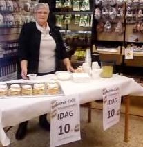 Margit Stålhammar serverar fastlagsbullar på Klockarboden