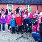 En barnkör sjöng om Blåsipporna ute i våra backar