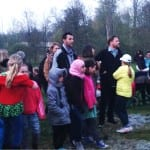 En stor publik lyssnar till sång från både barnkör och PROs pensionärskör och vårtalet hölls av Jonas Alner
