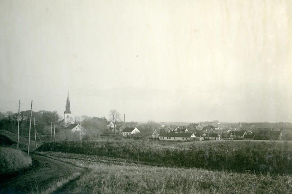 Borrby från öster 1930-40-tal, fotograf okänd, hämtat från simrishamn.se